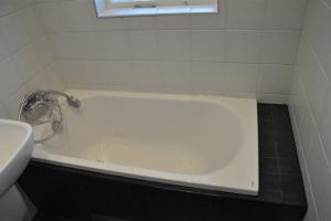 Iwo och Anieszka färdiga badrumet